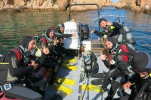Grupo de buceadores piscis diving